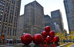 Jätte- julprydnader i midtownen Manhattan Royaltyfria Bilder