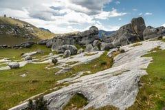 Jätte- kalkstenstenblock i bergen, slottkulle, Nya Zeeland royaltyfri bild