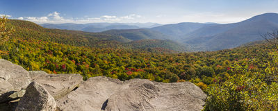 Jätte Ledge Autumn Panorama fotografering för bildbyråer