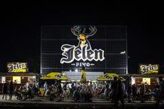 Jätte- logo av Jelen Pivo öl på en utomhus- stång för sommar Jelen Pivo är ett serbiskt ljust lageröl, den största producenten av royaltyfria bilder