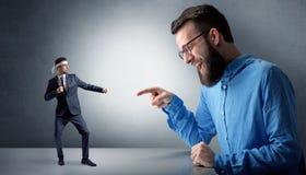 Jätte- man som skriker på en liten karateman royaltyfria bilder