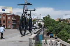 Jätte- metallcykel, Tbilisi, Georgia arkivfoto