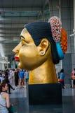 Jätte- modell av thailändska en kvinnas huvud, nära stor shoppinggalleria, Bangkok Fotografering för Bildbyråer