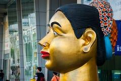 Jätte- modell av thailändska en kvinnas huvud, nära stor shoppinggalleria, Bangkok Royaltyfri Bild