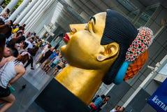 Jätte- modell av thailändska en kvinnas huvud, nära stor shoppinggalleria, Bangkok Royaltyfri Fotografi