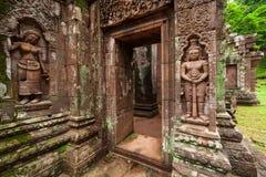 Jätte och Apsara, forntida skulptursandsten som snider på vaten Phou, södra Laos Vaten Phou var en del av en khmervälden centrera royaltyfri foto