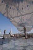 Jätte- paraplyer på den Nabawi moskén i Medina royaltyfri bild