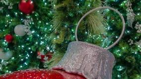Jätte- röd julprydnad för Closeup i förgrund med åtskilliga garneringar i bakgrund royaltyfri bild