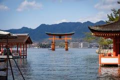 Jätte- röd torii av den Itsukushima relikskrin på Miyajima, Japan royaltyfri bild