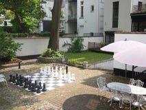 Jätte- schack i borggård Arkivbilder