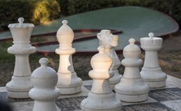 Jätte- schackdiagram på schackbrädet i parkera Arkivbilder