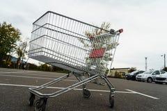 Jätte- shoppingvagn Arkivfoto