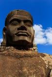 Jätte- skulptur på den södra porten av Angkor Thom Fotografering för Bildbyråer