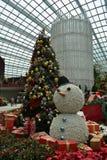 Jätte- snögubbe och träd Arkivbild