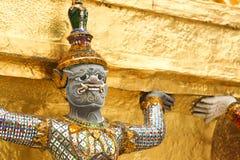 Jätte som bevakar en tempel i Thailand Fotografering för Bildbyråer