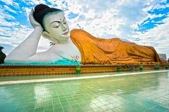 Jätte- sova Buddha (100 mt.), Bago, myanmar. Arkivfoton