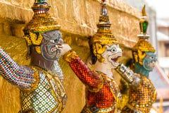 Jätte- stand runt om pagoda på watphrakaew Royaltyfri Fotografi