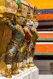 Jätte- stand runt om pagoda på watphrakaew Arkivbilder