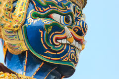 Jätte- staty för Closeupframsida på templet av Emerald Buddha Arkivfoto