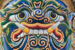 Jätte- staty för Closeupframsida på templet av Emerald Buddha Royaltyfri Fotografi
