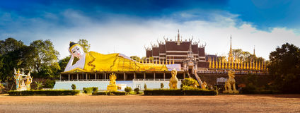Jätte- staty för panorama- foto som vilar Buddha Arkivbild