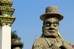 Jätte- staty framme av tempelporten fotografering för bildbyråer