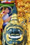 Jätte- staty i thai tempel Arkivfoto