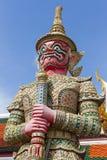 Jätte- staty i Wat Phra Kaew Arkivfoton