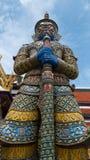 Jätte- staty och thai konstarkitektur i Wat Prakaew Fotografering för Bildbyråer
