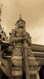 Jätte- staty och thai konstarkitektur i Wat Prakaew Royaltyfri Bild