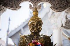 Jätte- staty på den vita templet arkivfoto