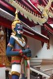Jätte- statyer förlades på olika punkter inom templet royaltyfri fotografi