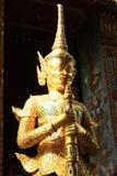 Jätte- statyer i den Thailand Wat phaKaew templet Arkivbilder