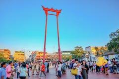 Jätte- swingSao Ching Cha framme av den Suthat templet med blå himmel och turisten i den Bangkok staden Thailand, gränsmärke av B royaltyfri bild
