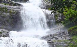 Jätte- Tiered vattenfall med den gröna skogen - Cheeyappara vattenfall, Idukki, Kerala, Indien arkivfoton