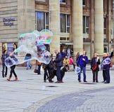 Jätte- tvålbollar i Schlossplatz, Stuttgart Arkivbild