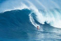 Jätte- våg för surfareritter på käkar Arkivbilder