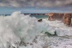 Jätte- vågor bryter mot vaggar, under en storm royaltyfri bild