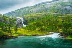 Jätte- vattenfall i dalen av vattenfall in Arkivfoto