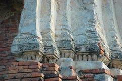 Jätte- vita pelare och röda tegelstenar i en thailändsk tempel Royaltyfri Bild