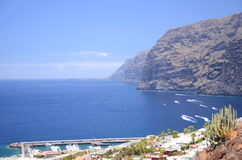 Jätte- vulkaniska klippor för Los Gigantes på Tenerife Arkivbild