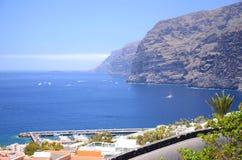 Jätte- vulkaniska klippor för Los Gigantes på Tenerife Royaltyfri Foto