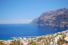 Jätte- vulkaniska klippor för Los Gigantes på Tenerife Arkivfoto