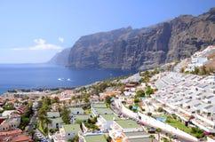 Jätte- vulkaniska klippor för Los Gigantes på Tenerife Arkivfoton