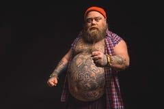 Jättebra manlig tjock hipster som uttrycker hans negativity Royaltyfri Foto