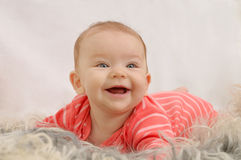 Jätteglad gullig liten flicka med brett leende Royaltyfri Fotografi