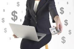 Jätteglad lyckad affärskvinna därför att fångna pengar från nytt projekt för framgång på vit dollarbakgrund Royaltyfri Foto