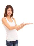 Jätteglad upphetsad härlig kvinna som ser din produkt med stor glädje Arkivbild