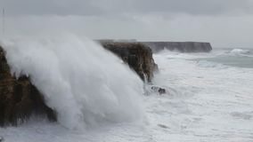 JätteHercules vågor bryter över kusten i Sagres Costa Visentina lager videofilmer