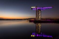 Jättekran reflekterad i floden Clyde Royaltyfri Foto